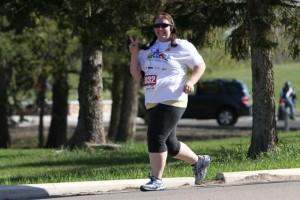 Caminhadas e corridas são boas formas de exercício físico.