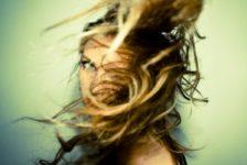 Queda de cabelo pode ser causada por diversos fatores