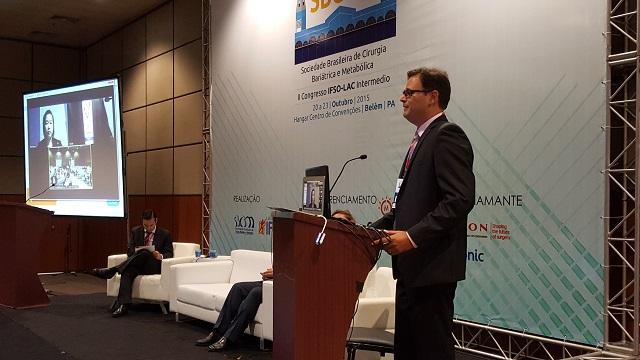 Dr. André Teixeira fazendo a introdução da apresentação de Rena Moon.