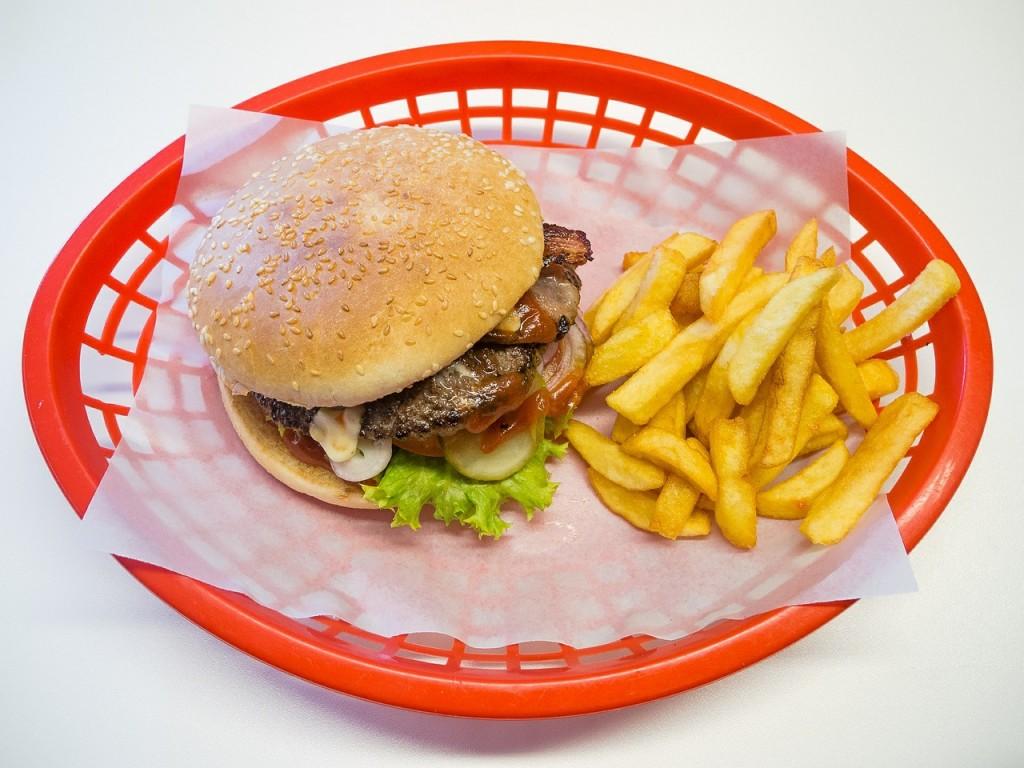 Hambúrguer e fritas