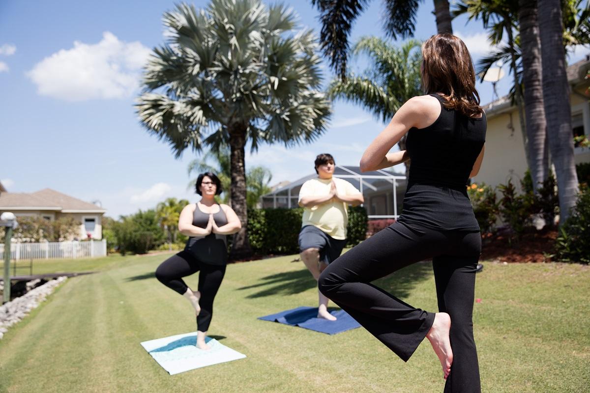 Yoga é outro tipo de atividade completa: fortalece o corpo e a mente, melhora a capacidade respiratória, o equilíbrio, por exemplo.