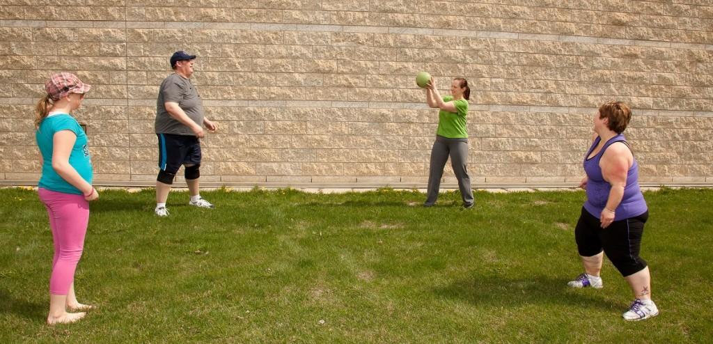 Se divertir com a família é uma boa forma de manter o corpo ativo.