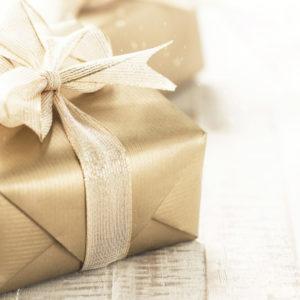 caixas-de-presente-de-ouro-com-lindas-fitas-e-arco-sobre-um-fundo-brilhante-e-brilhante-conceito-de-feriado-horizontal-com-copia-espaco_1220-2077