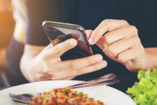 Uso de smartphones durante refeição aumenta em 15% a ingestão calórica